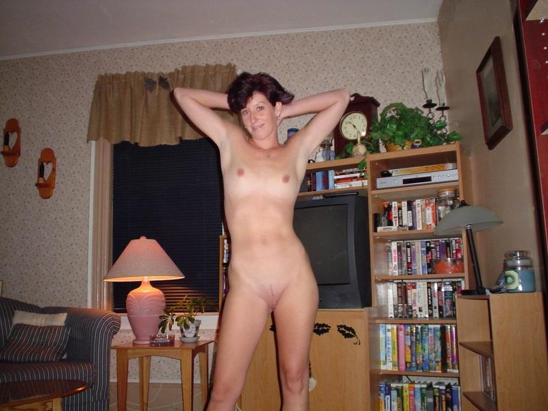 Jóvenes Señoras Posando Desnudas en Casita, Real-Total