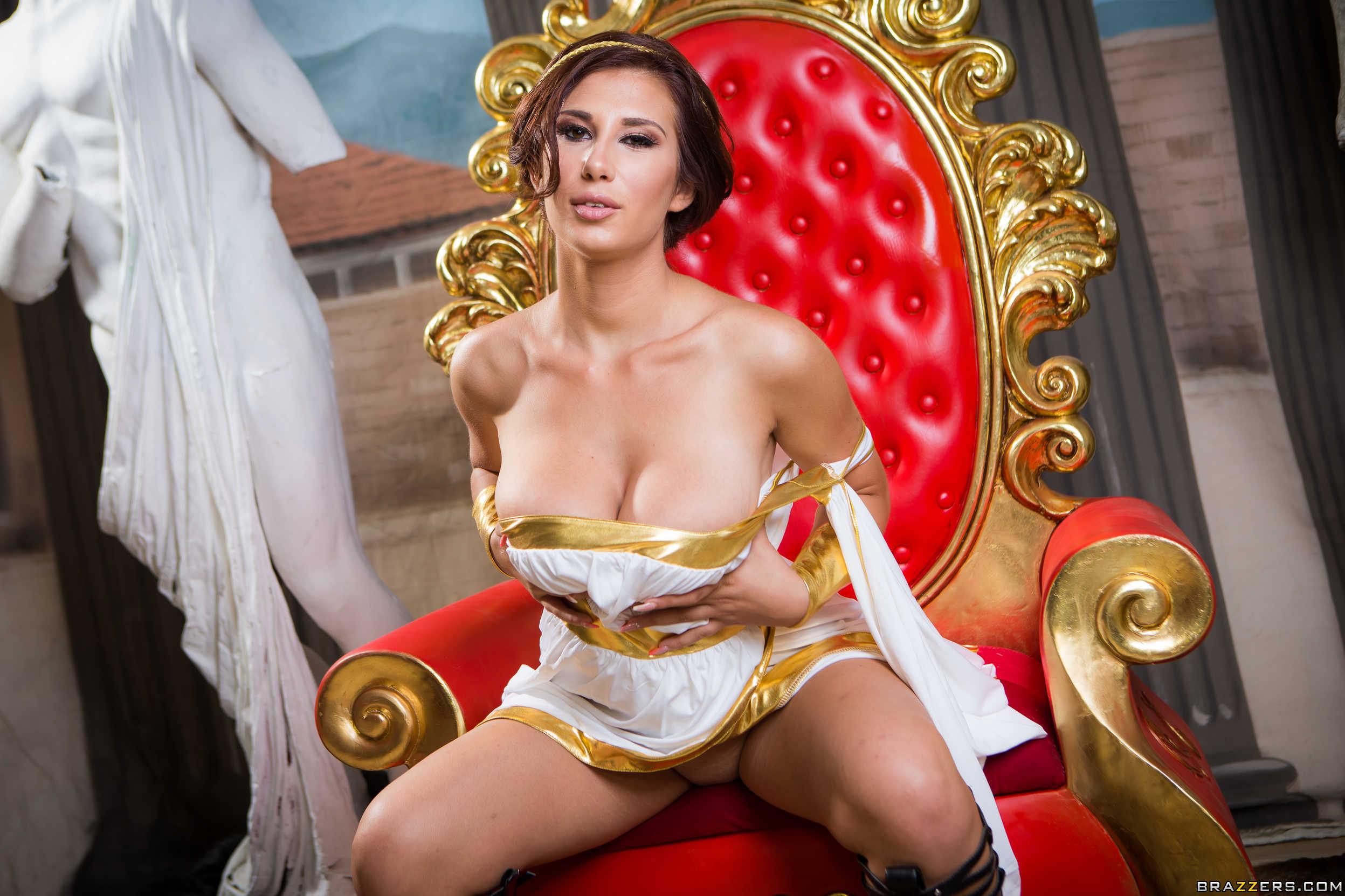 Ayda Swinger - la reina muestra su conchita en el trono