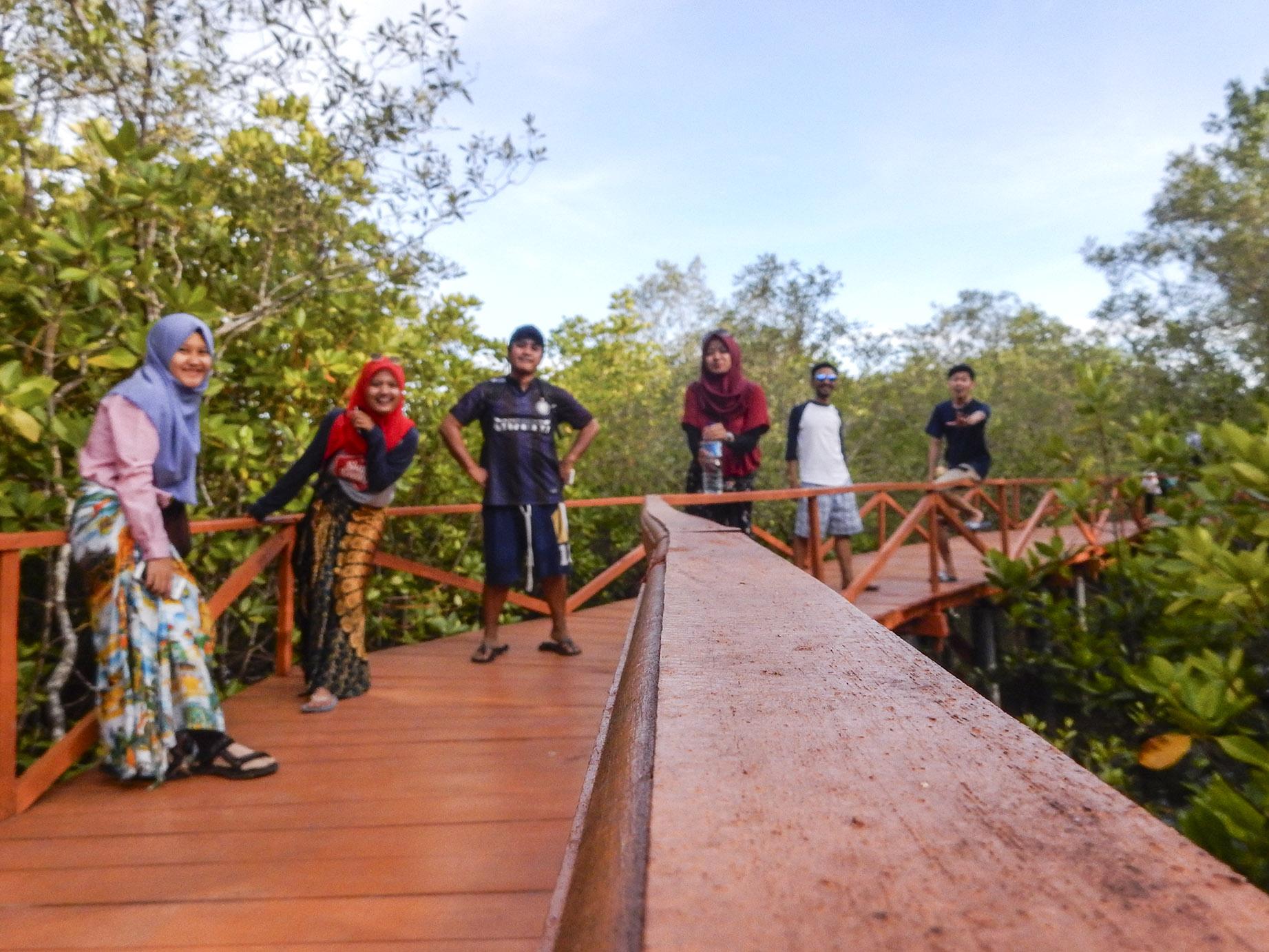 momen di jembatan mangrove, batukaras