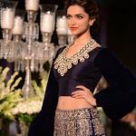 Deepika Padukone at PCJ Delhi Couture Week 2013 AcpeANrC