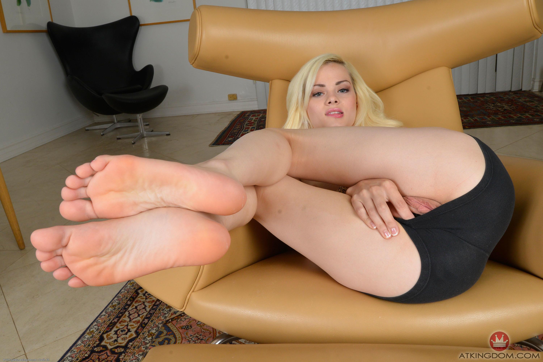 Deliciosos pies con medias de nylons y zapatillas - 3 part 8