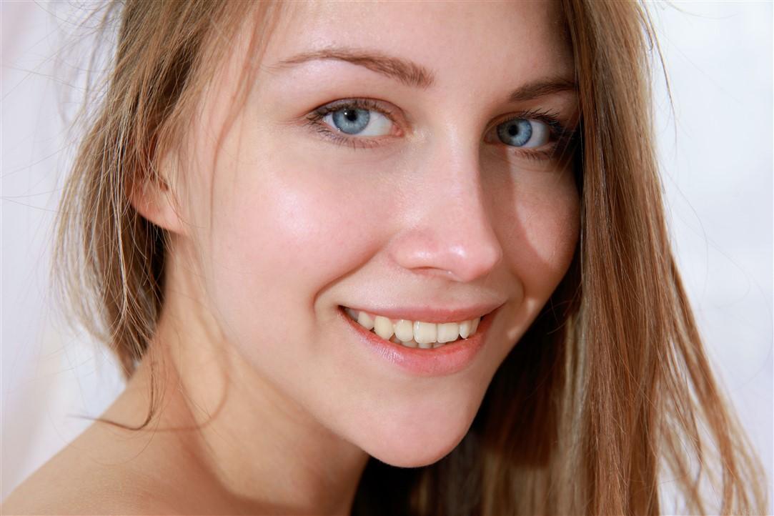 Masaje ertico a una jovencita modelo rubia rusa