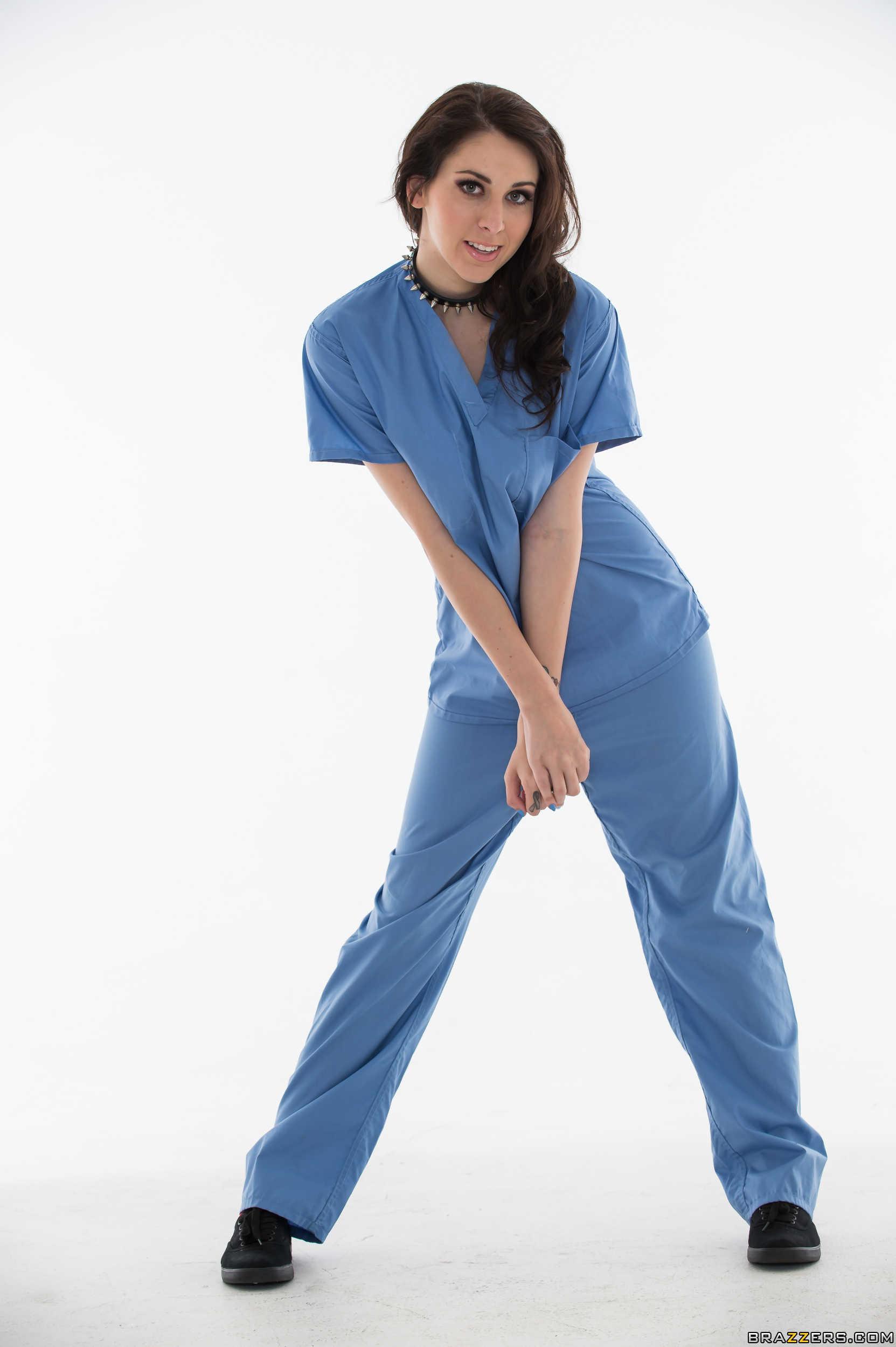 Luna Kitsuen - la enfermera chupa y coge por el culo