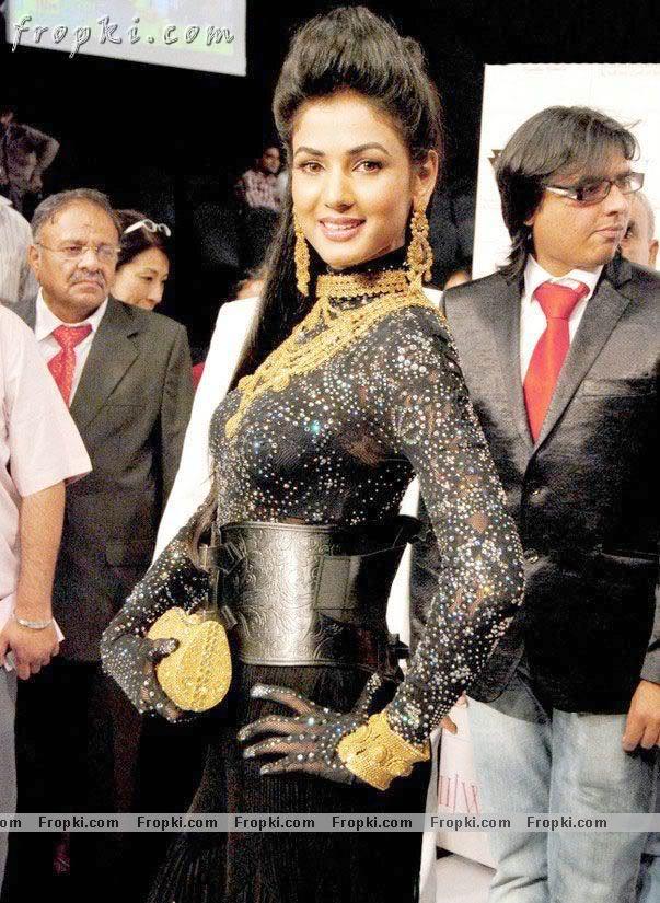 Sonal Chauhan walks the ramp at IIJW Aco2upeG