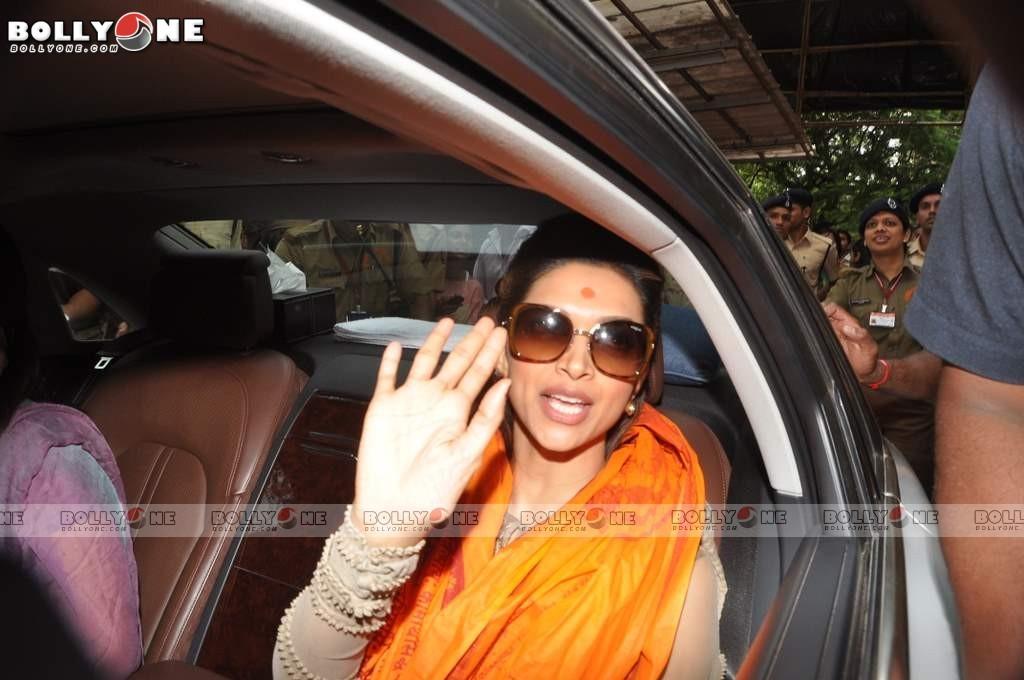Deepika Padukone Visited Lord Ganesha Siddhivinayak Temple Abq6ZTGx