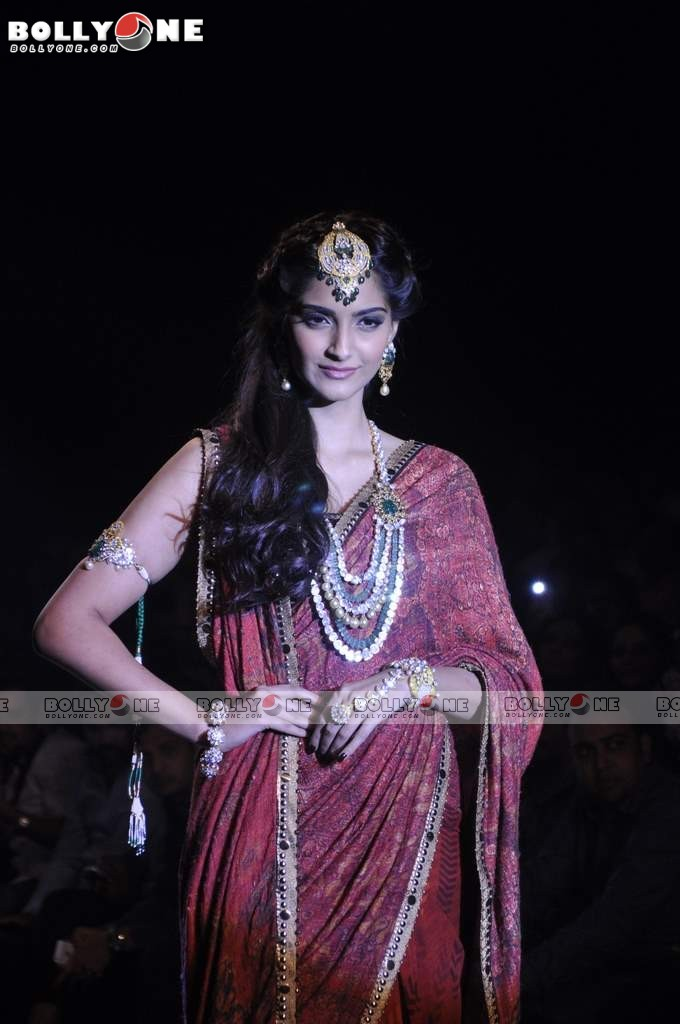 Sonam Kapoor Walks the Ramp at IIJW Grand Finale 2013 16 images  AcqTjuda