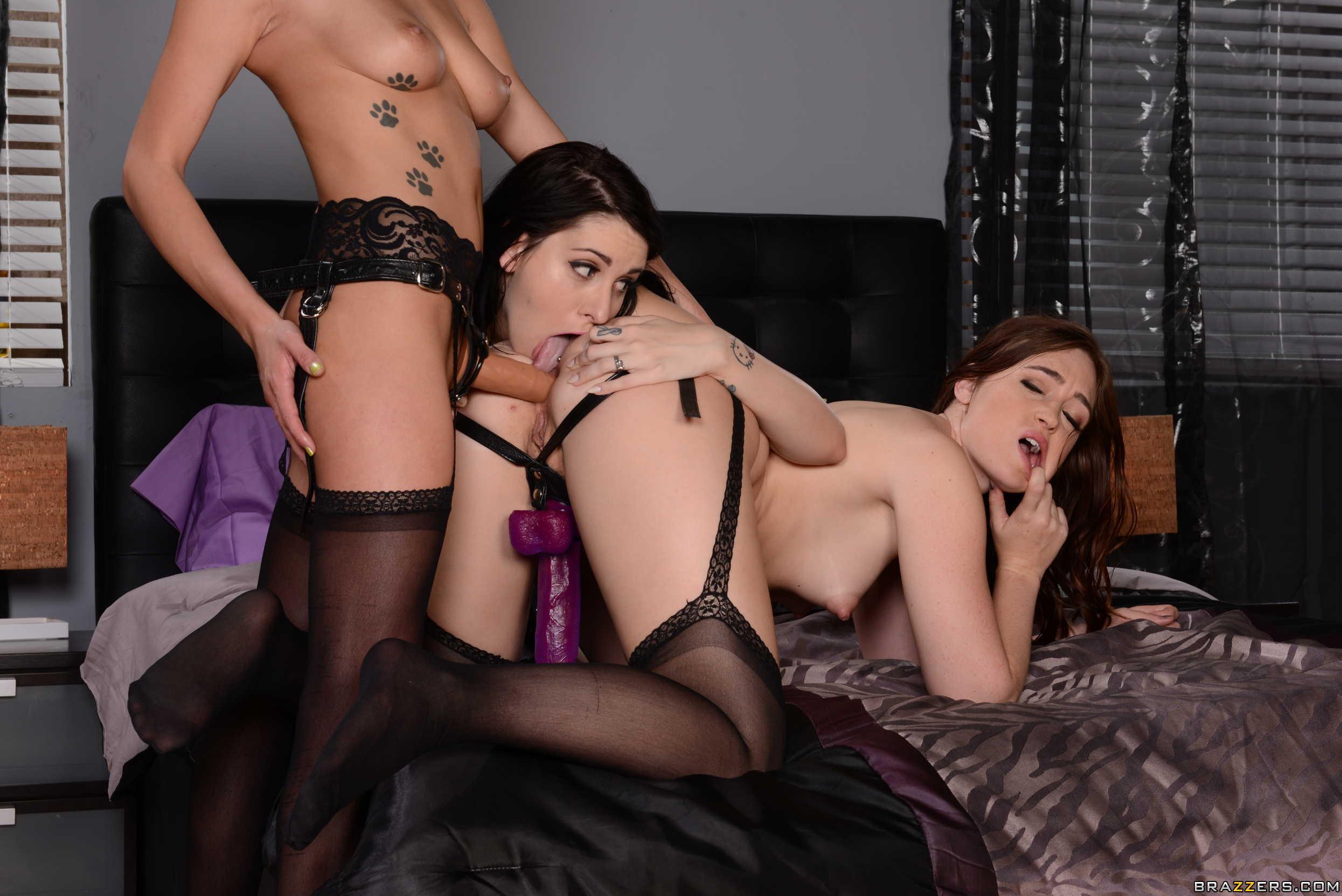 Tres chicas jóvenes disfrutan de unos juguetes