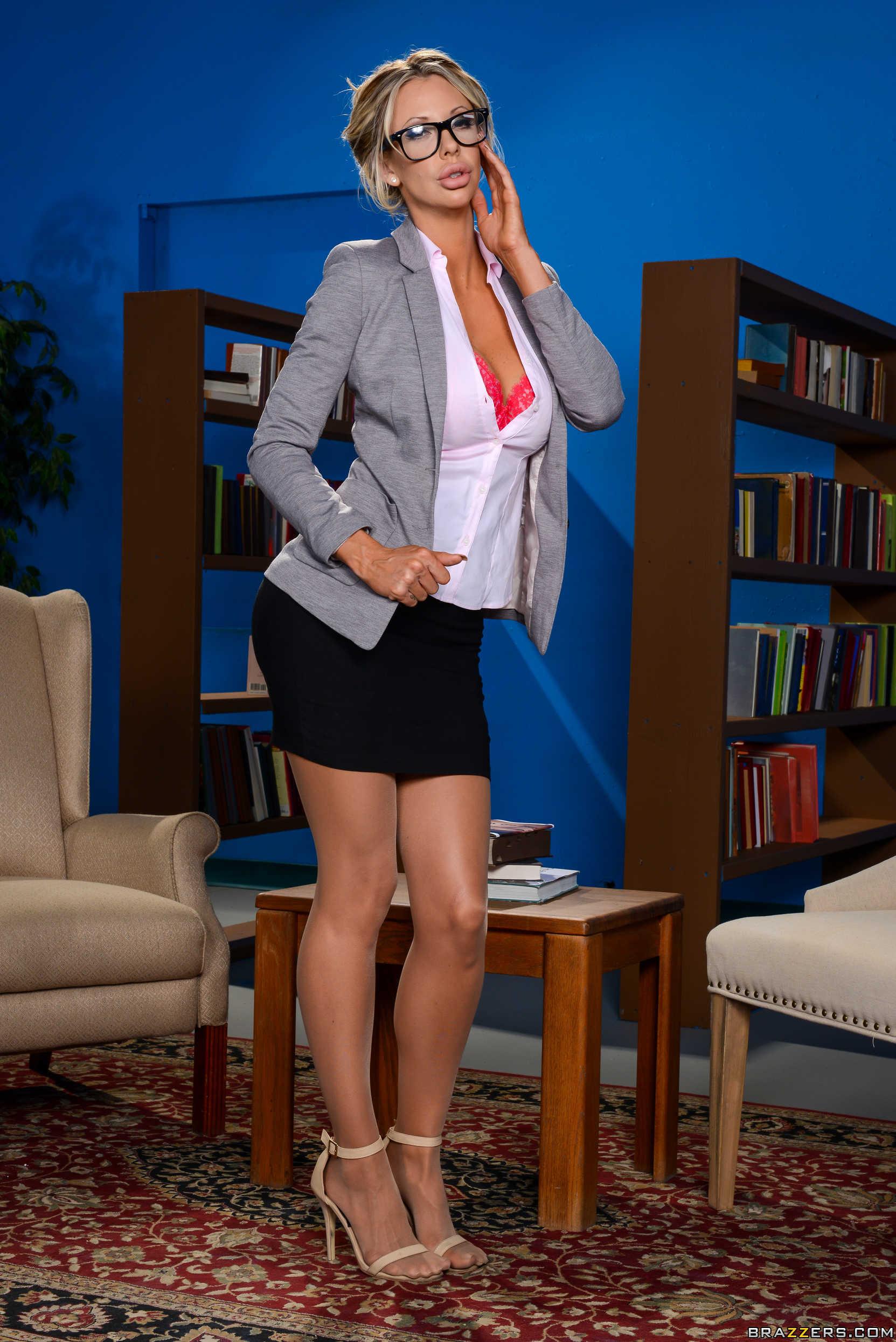 Courtney Taylor - la profesora rubia muestra su conchita