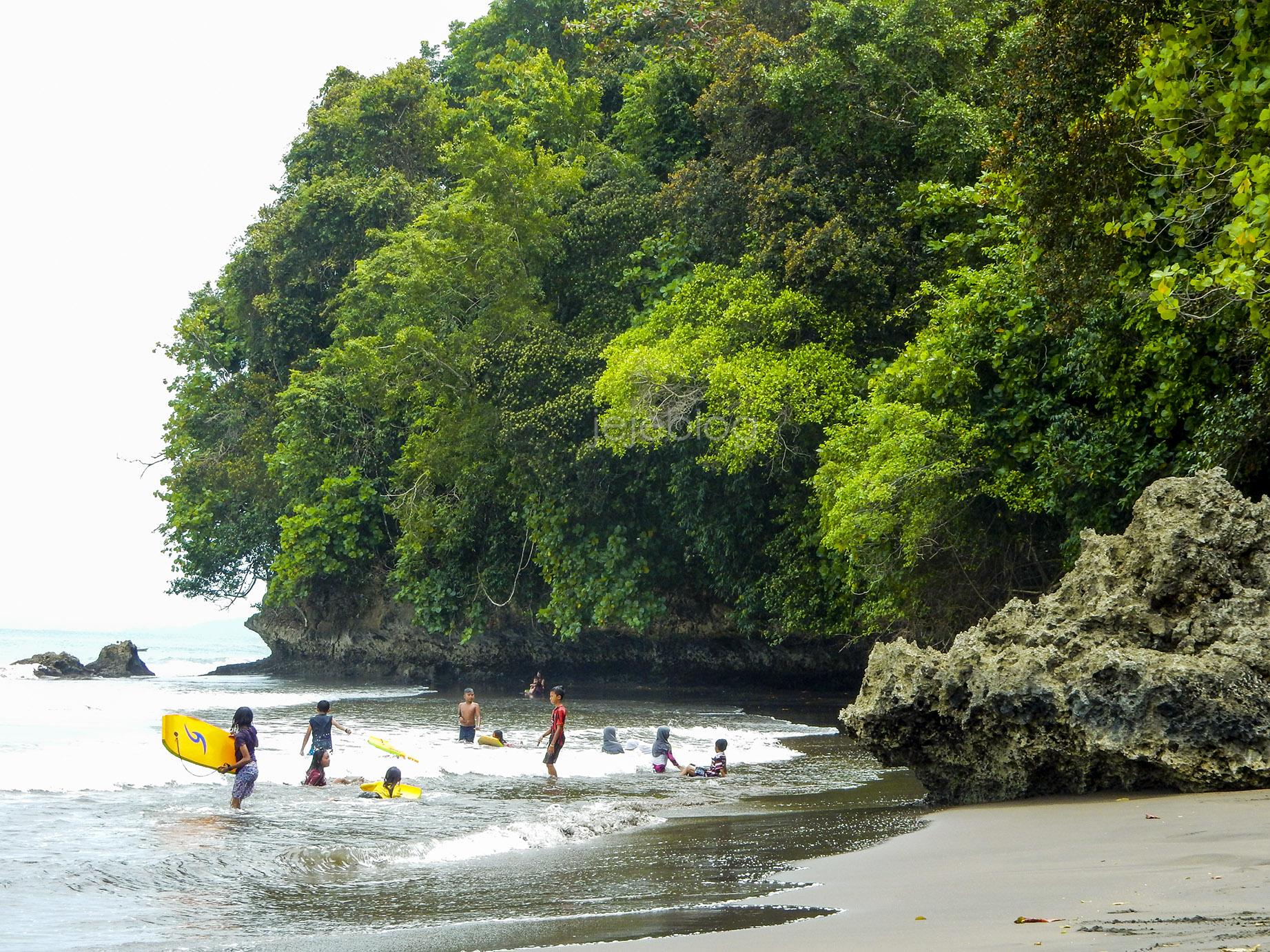 surfing di area pantai batukaras