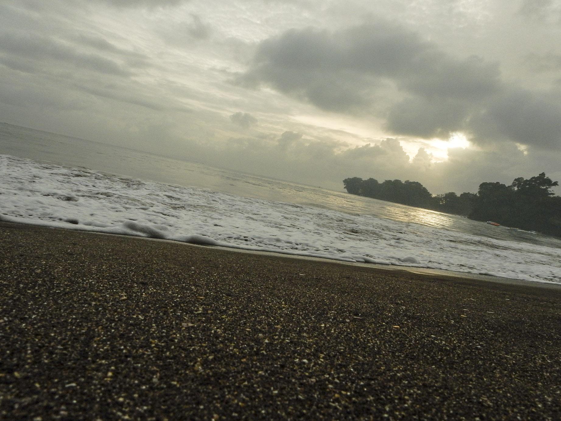 suasana di pantai batukaras