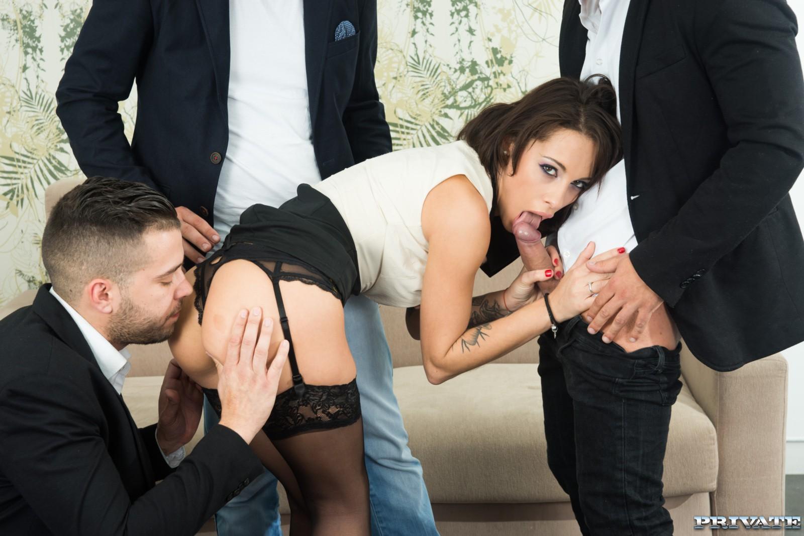 Nikita Bellucci y 3 vergas para todos sus agujeros