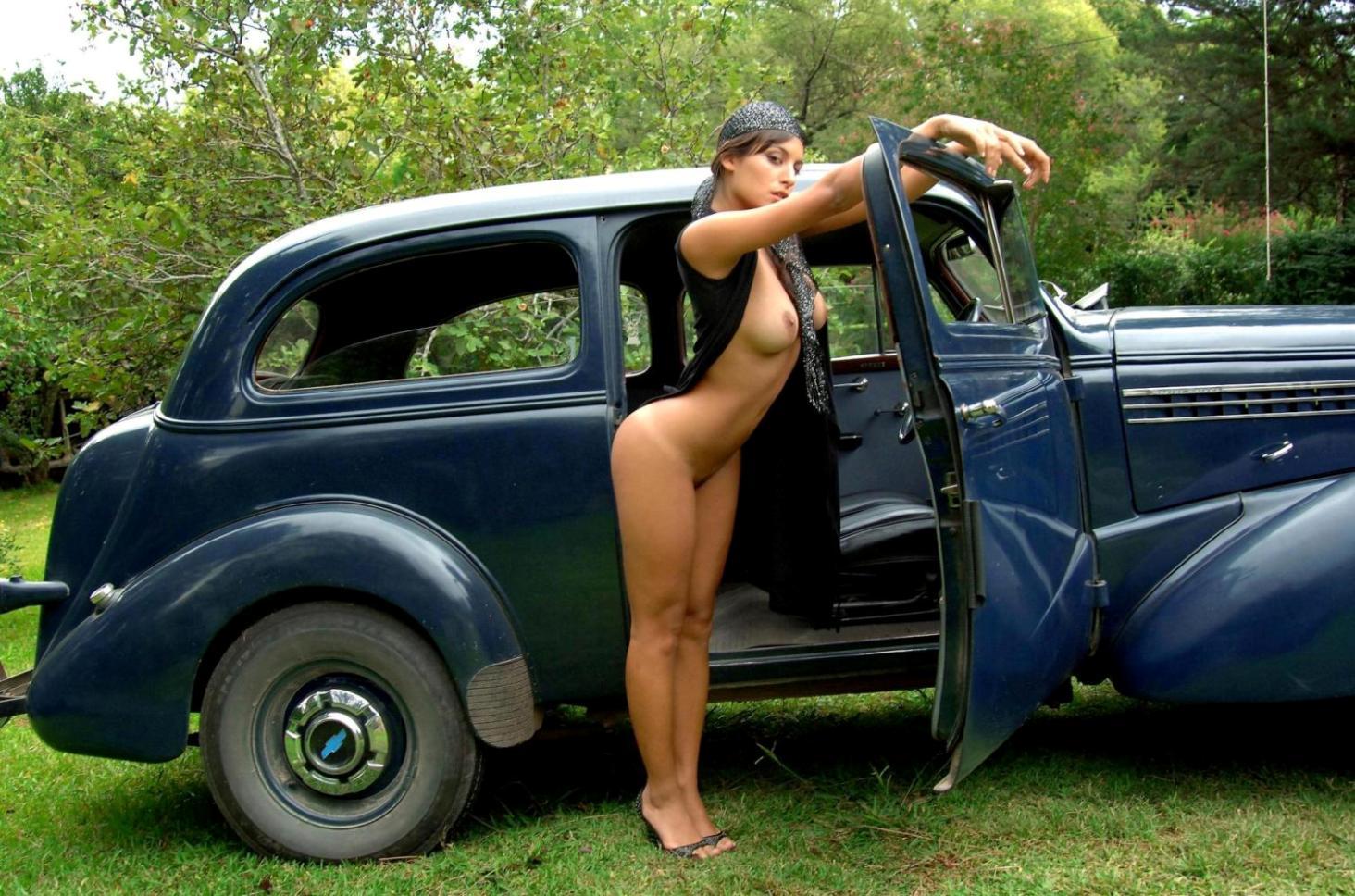 Фото голой девушки на авто 3 фотография