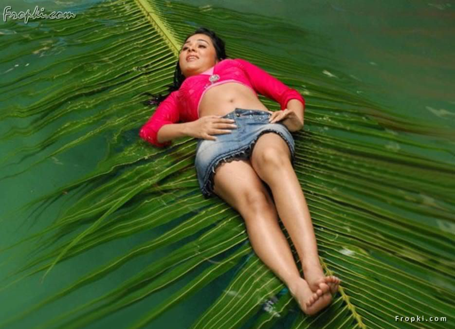 Nisha Kothari wearing Bikini Blouse Act8FmQV