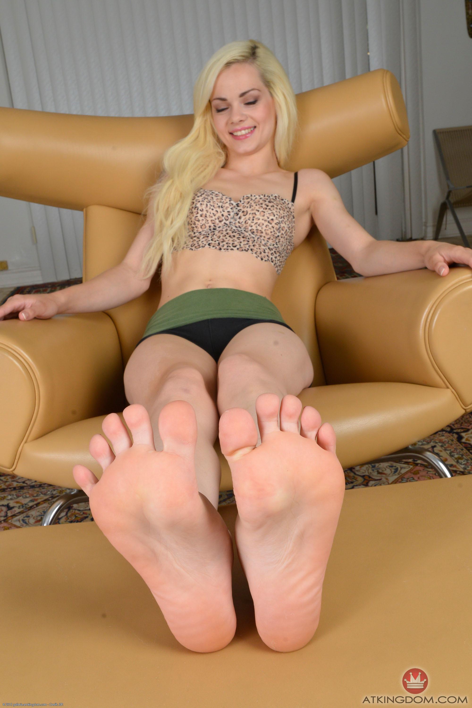Deliciosos pies con medias de nylons y zapatillas - 1 part 10
