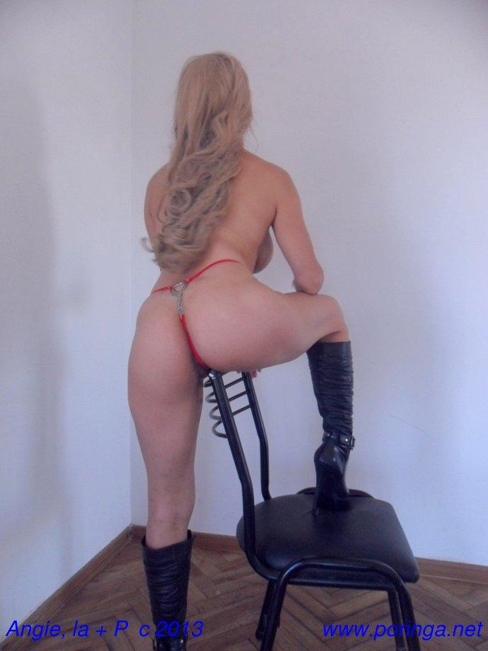 Angie en tanga roja y con botas