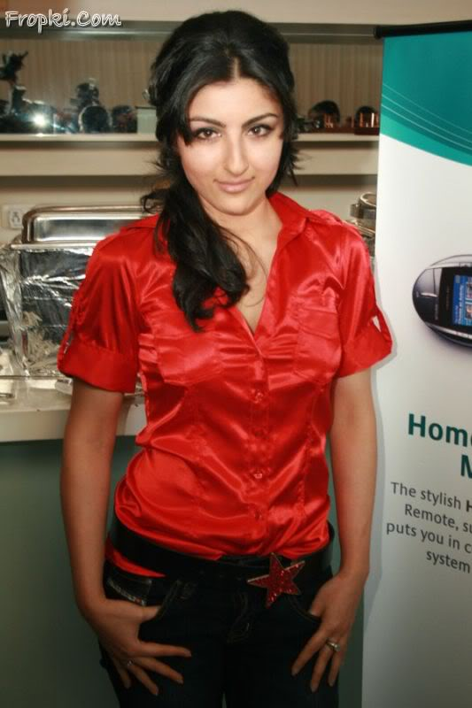 Soha Ali Khan launches Logitech's new products Adywvc2o