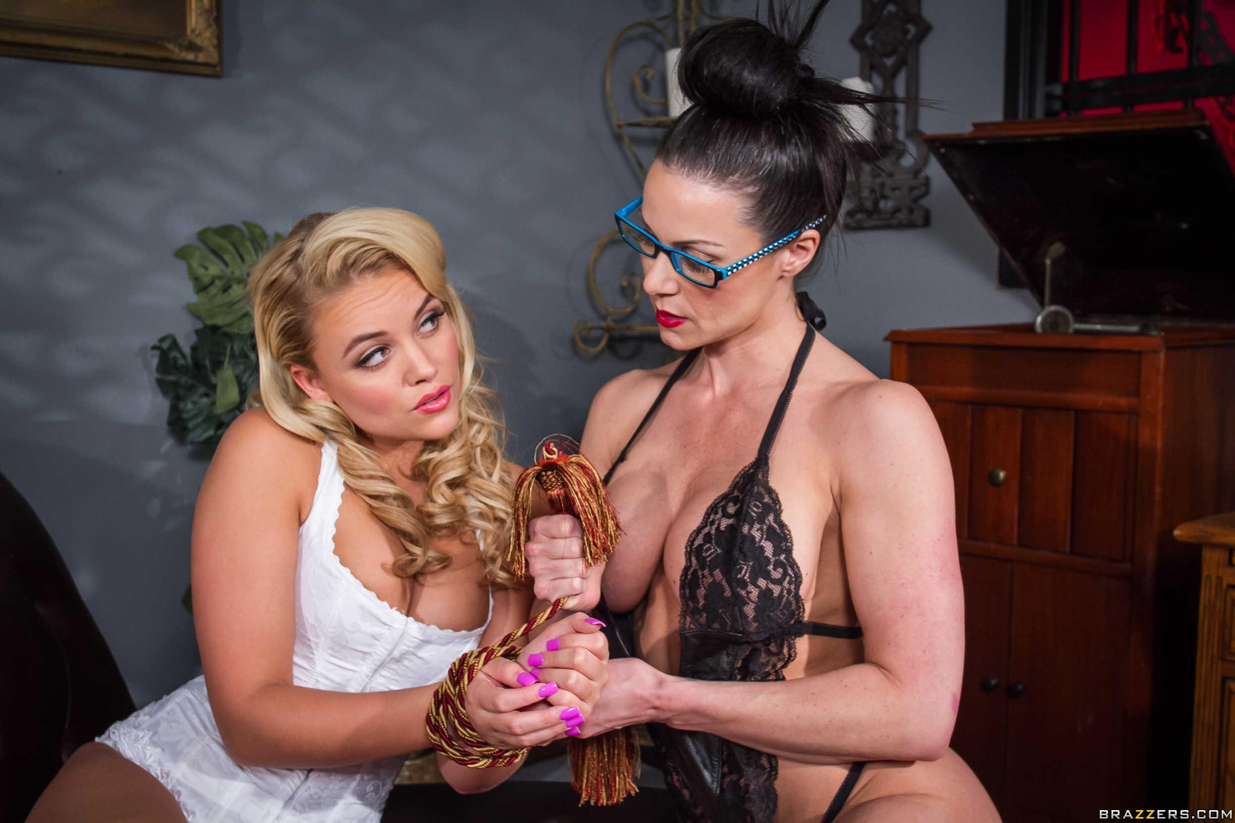 Kendra Lust y Alexis Monroe - una leccion de strapon anal