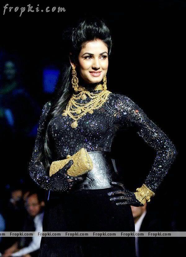 Sonal Chauhan walks the ramp at IIJW AckEIvI3