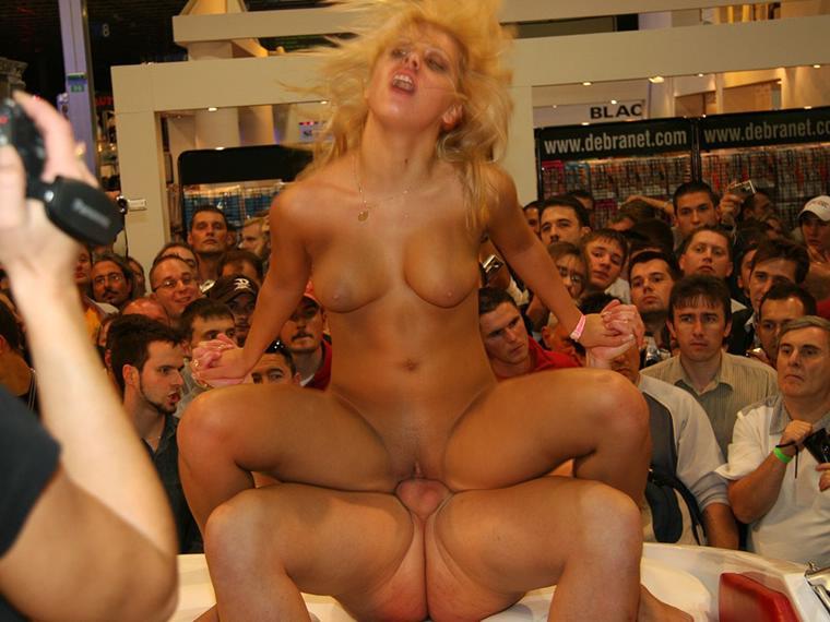 Смотреть порно трахаются на сцене при зрителях латекс