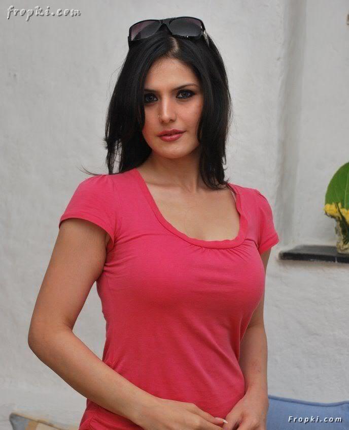 Zarine Khan looks sexy in pink T-Shirt AbdUxt1e