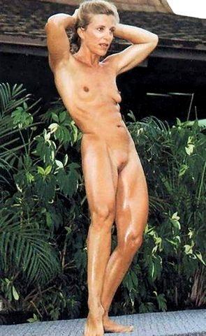 Jovencita desnuda haciendo ejercicios de fitness -