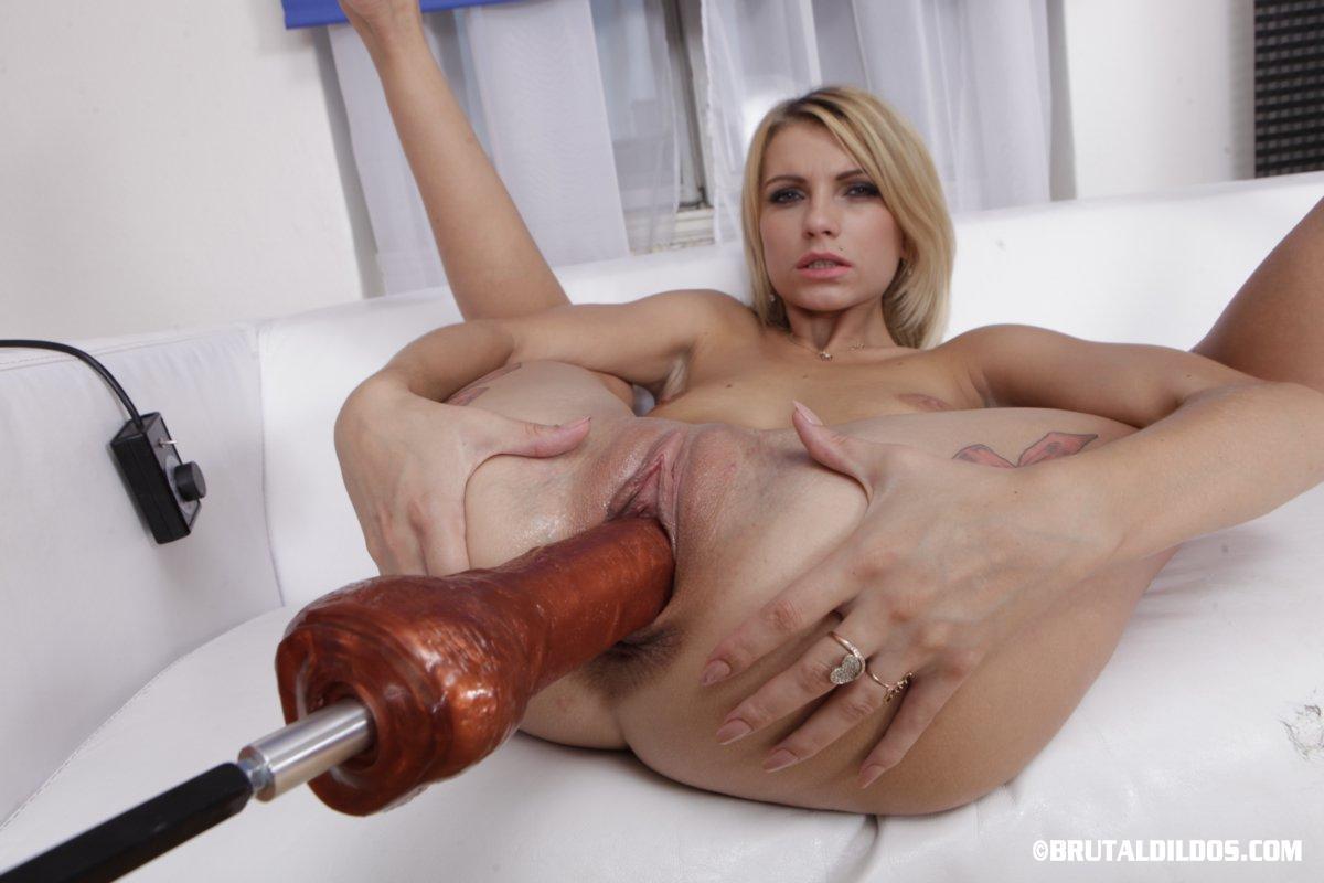 Karina Gold tiene un juguete enorme para su conchita