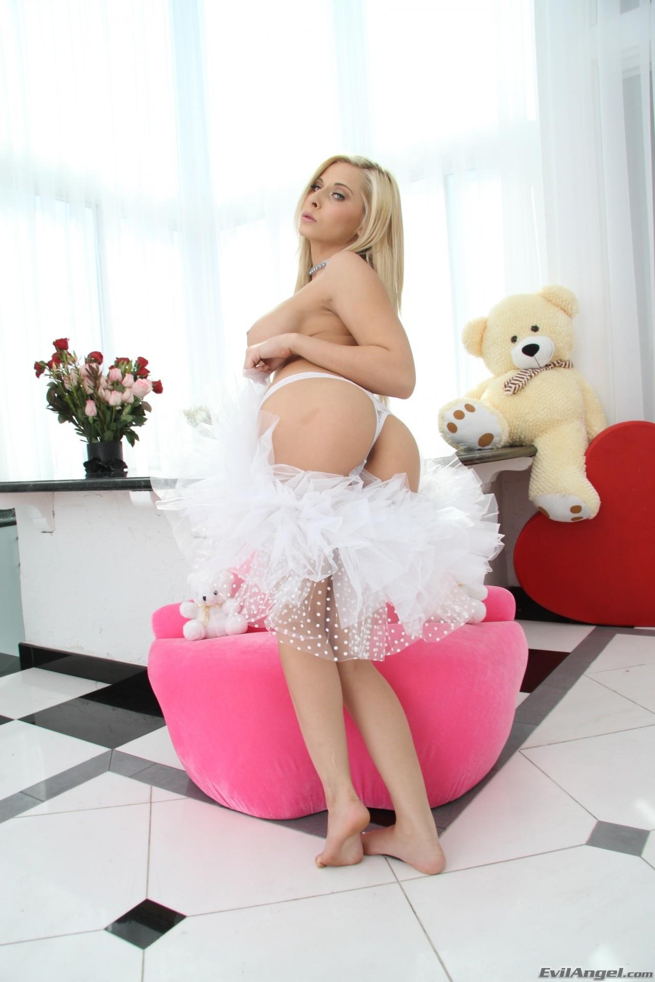 Madison Ivy - una angelita blanca muestra su cochita