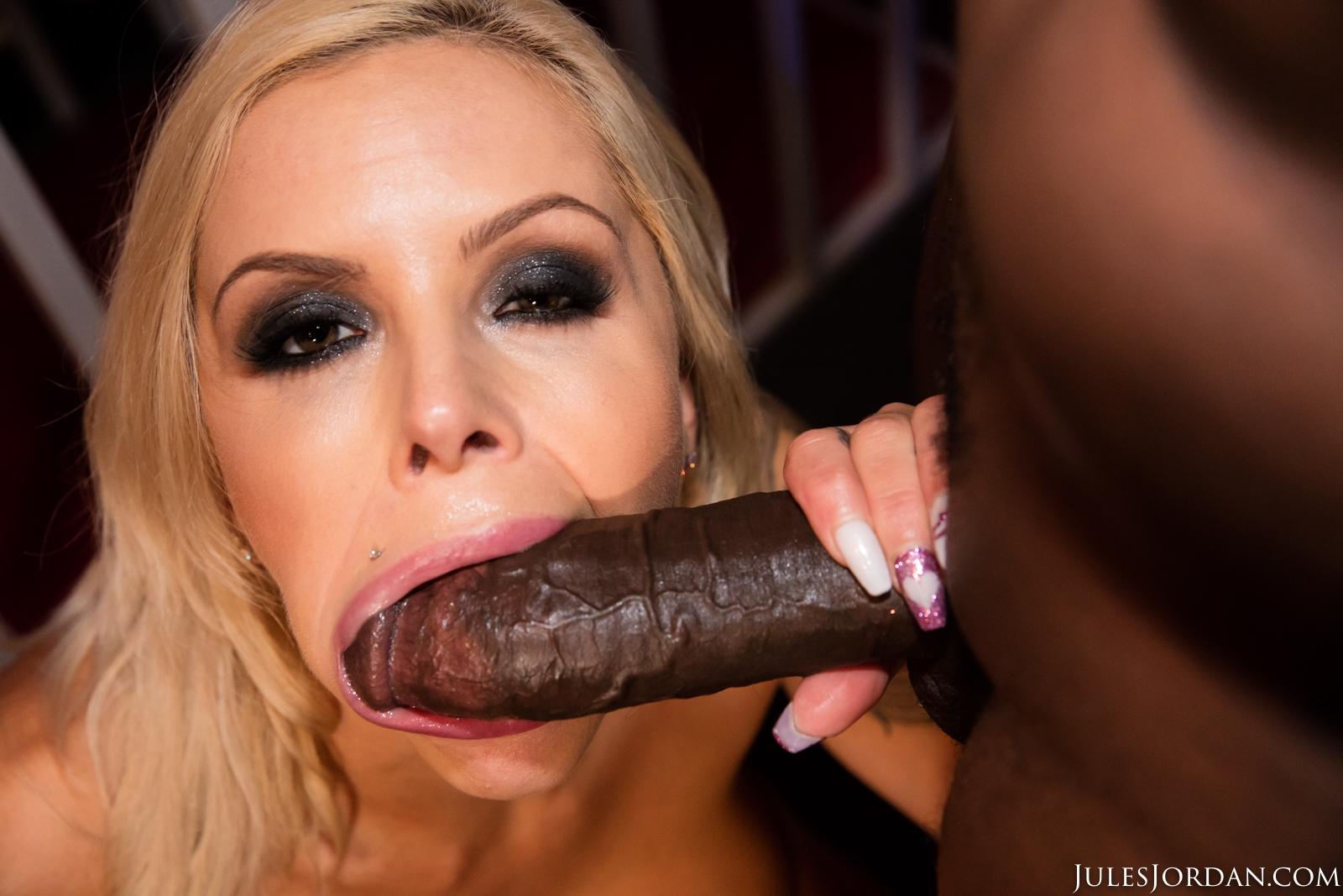 Nina Elle disfruta de una verga grande (interracial)