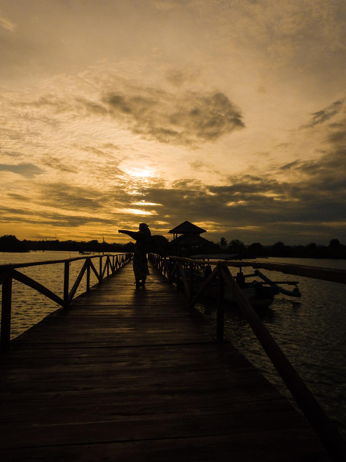 akses jalan menuju jembatan mangrove, batukaras