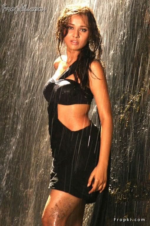 Nisha Kothari wearing Bikini Blouse Admsh1NE