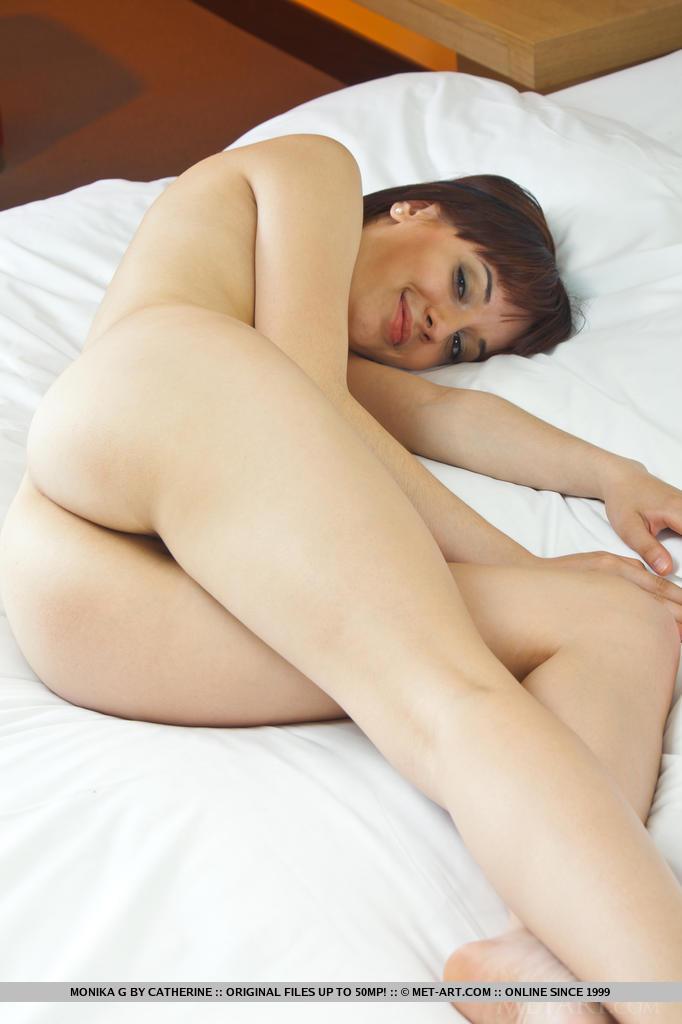 MetArt - morena desnuda delgada en la cama