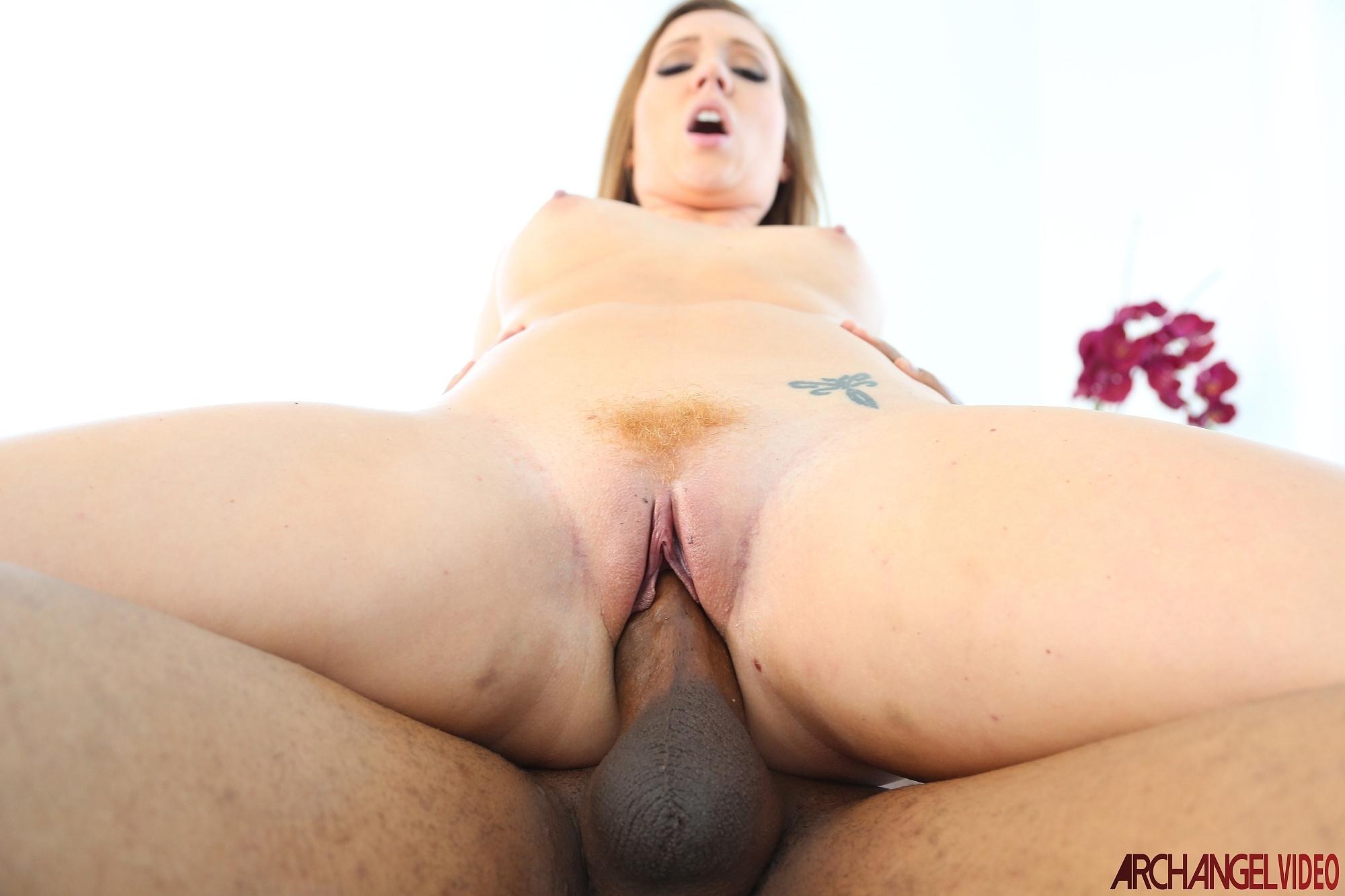 A Maddy Oreilly le encanta el sexo anal (interracial)