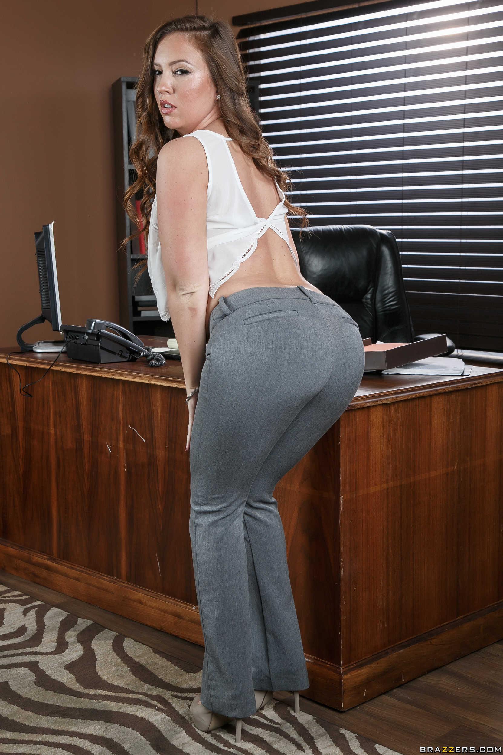 Maddy Oreilly muestra su rico culazo en la oficina