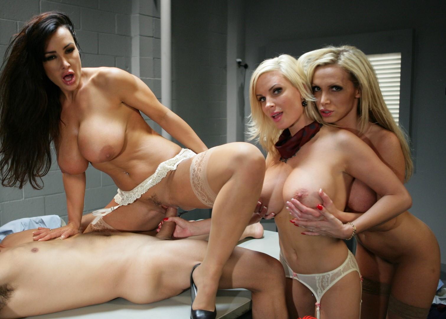 Diamond Foxxx, Lisa Ann, Nikki Benz - una verga para 3 milfs