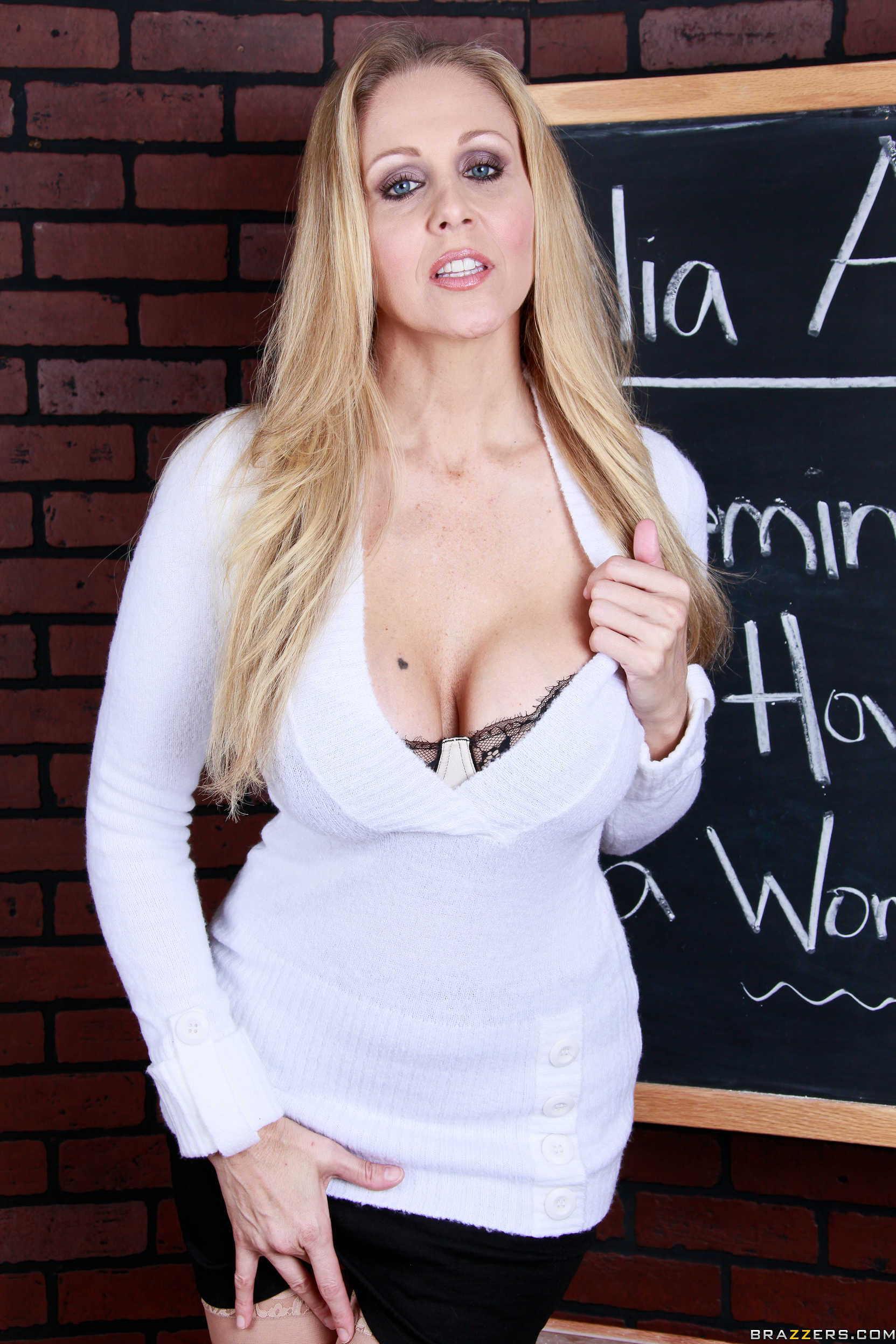 Julia Ann - la profesora muestra su conchita en el aula