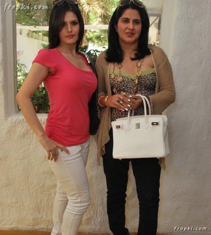 Zarine Khan looks sexy in pink T-Shirt AbobUyRV