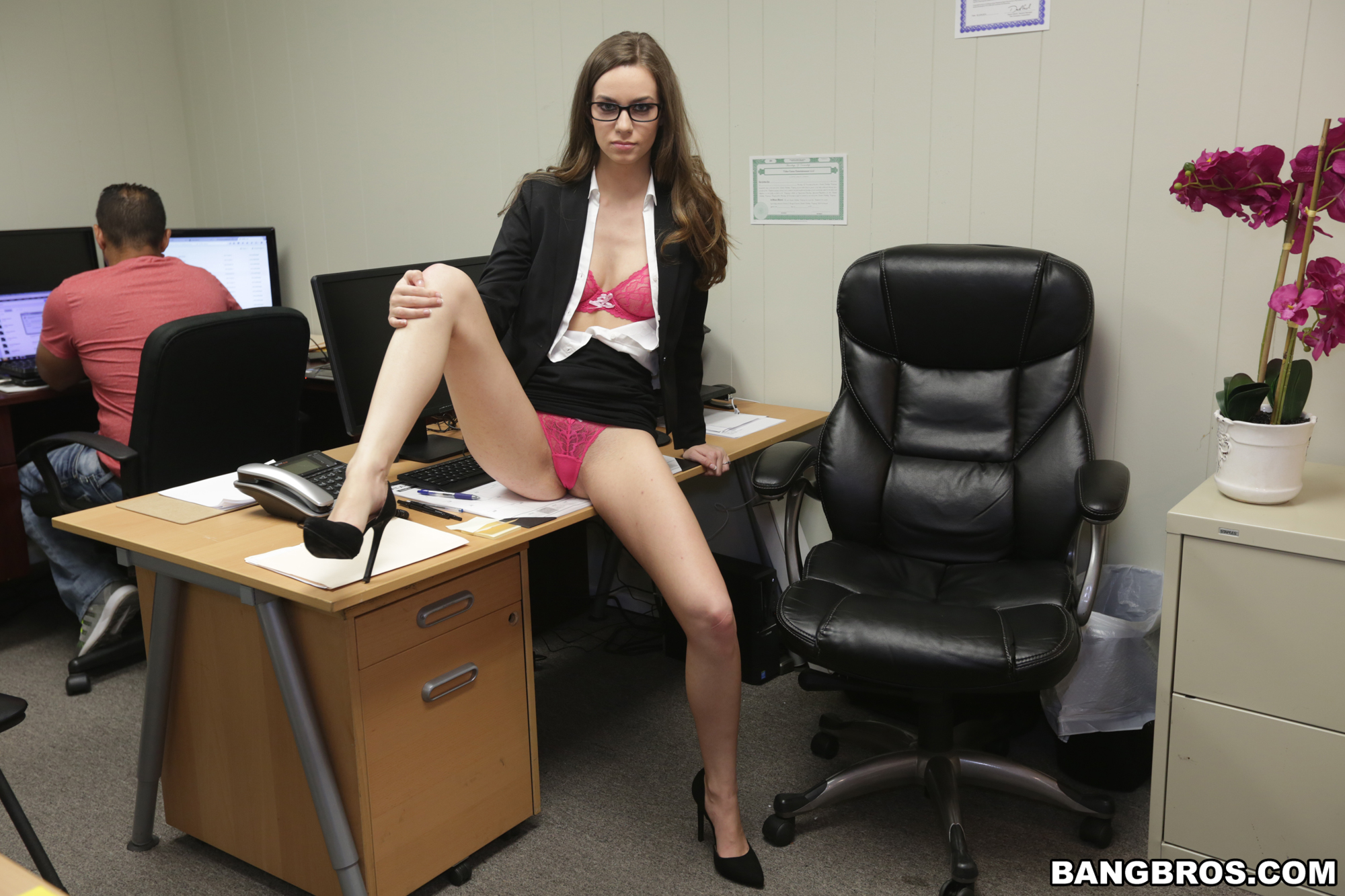 Tali Dova muestra su rica conchita en la oficina