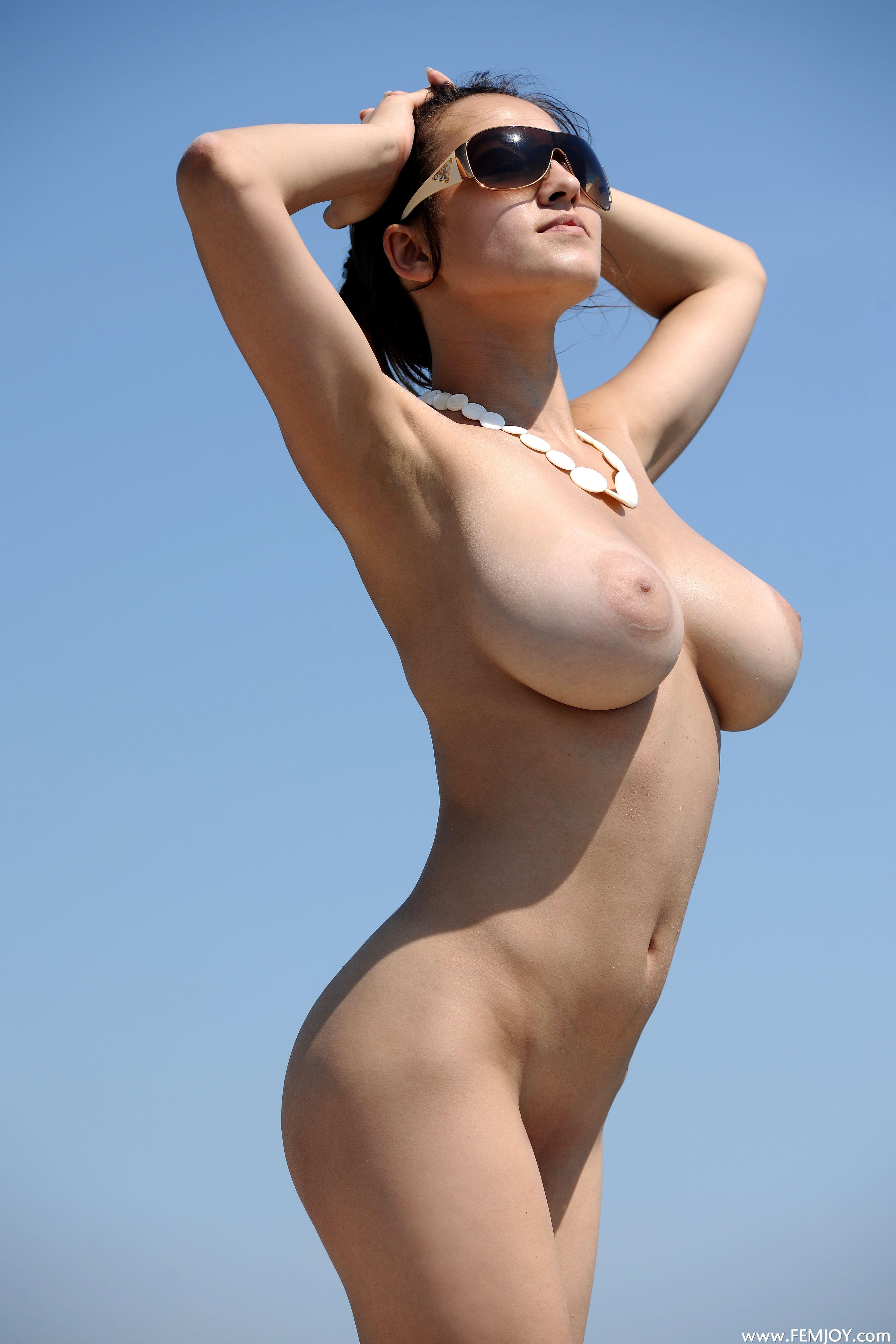 Загорелые девушки с голой груди