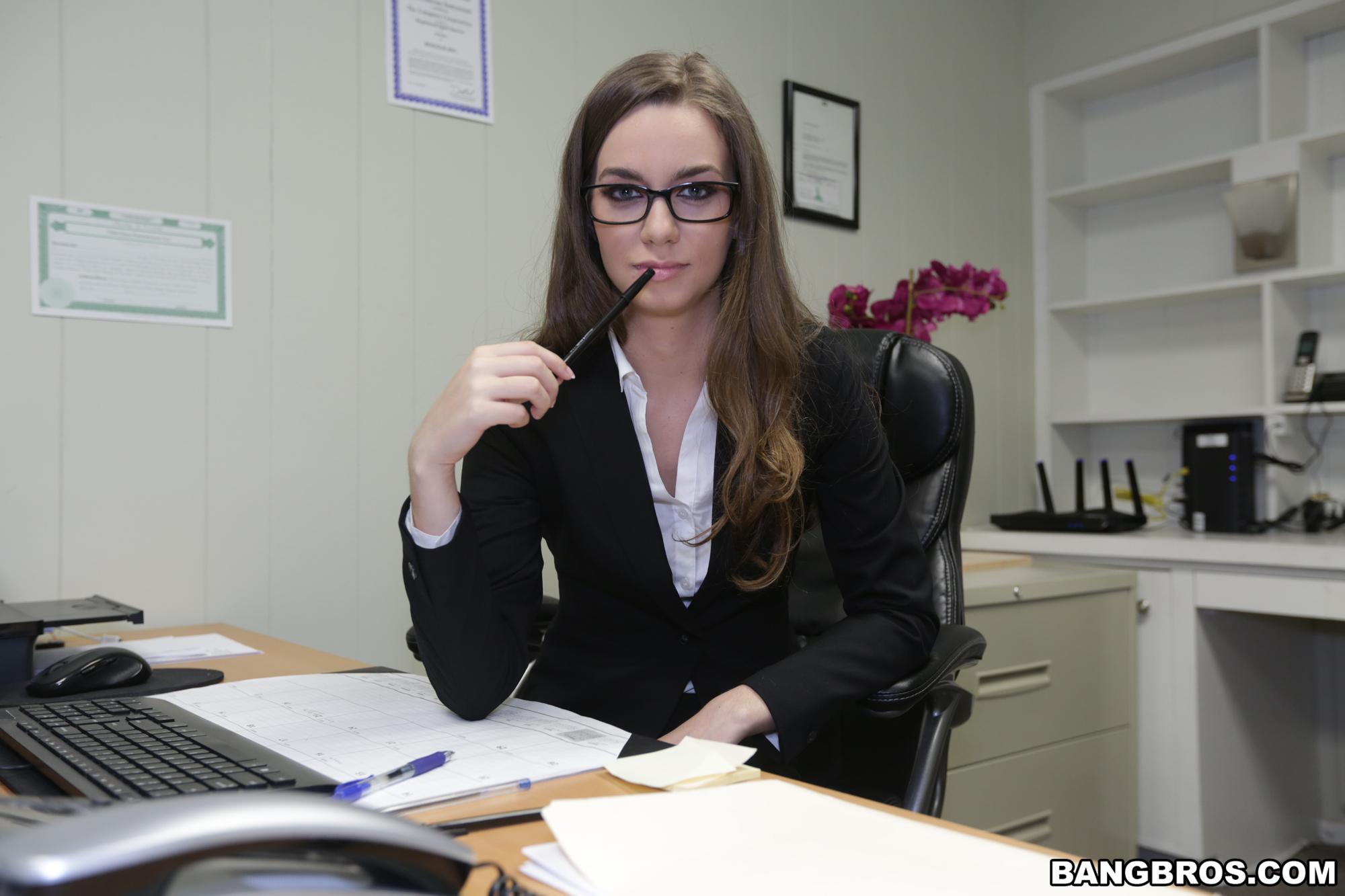 tali dova muestra su rica conchita en la oficina elgadu