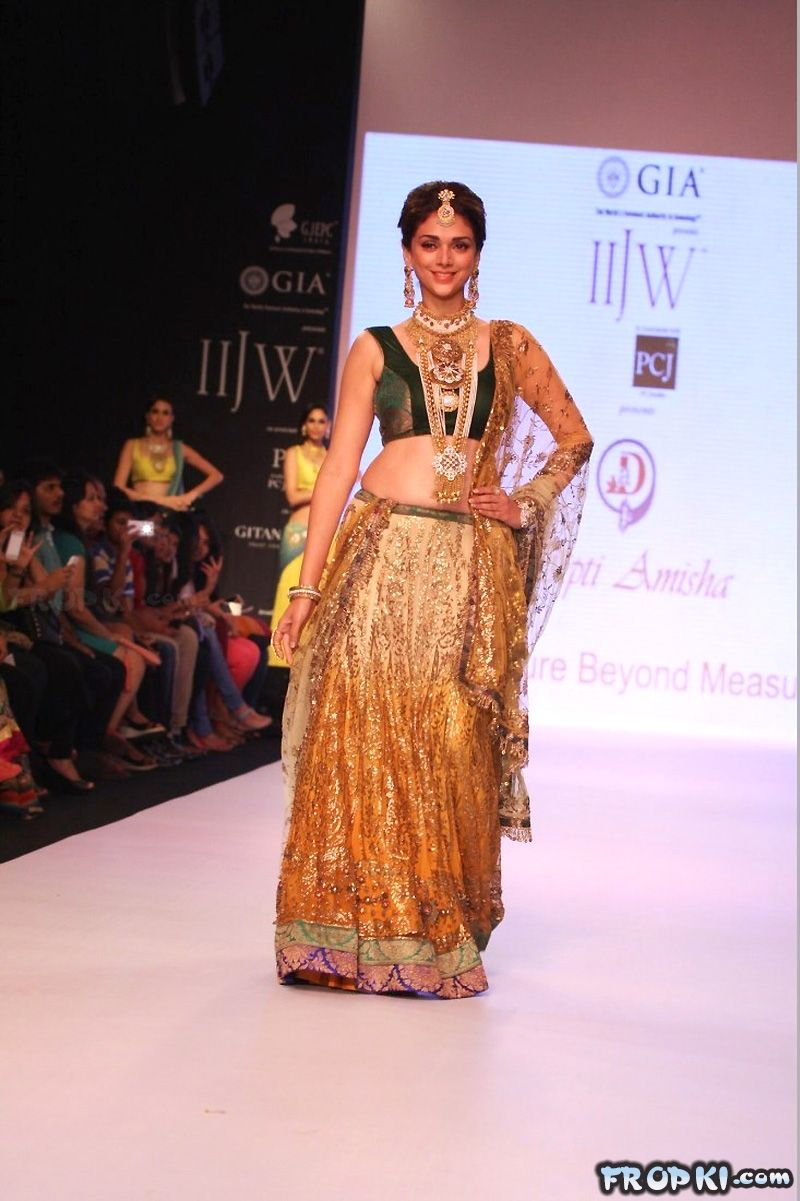 Sexy Aditi Rao Talks About Jewelry in IIJW 2013 AdsvxlJ1