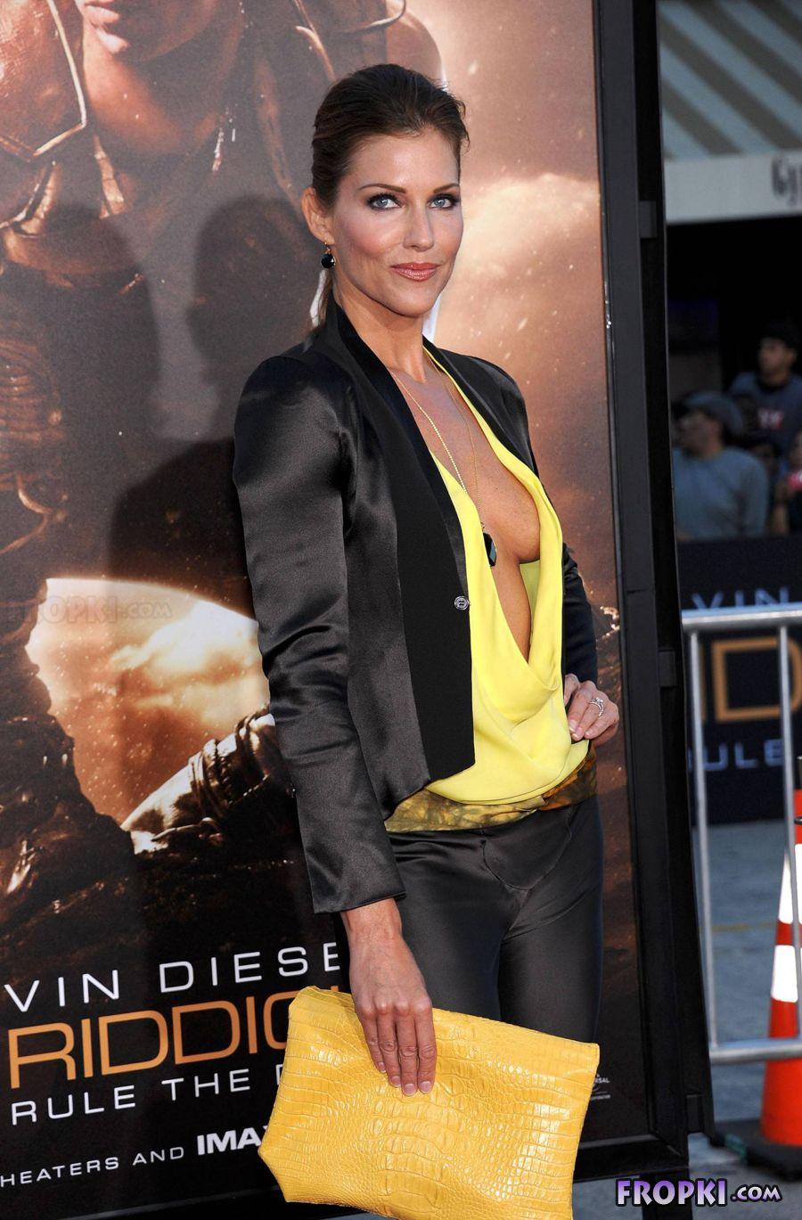 Tricia Helfer - Riddick Premiere in Los Angeles AbvgObGd
