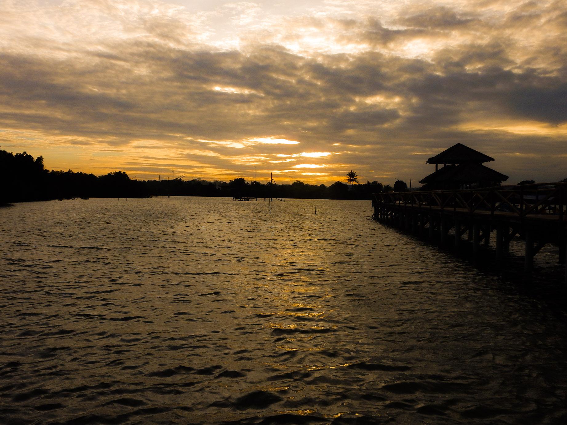 menunggu sunset di jembatan mangrove, batukaras