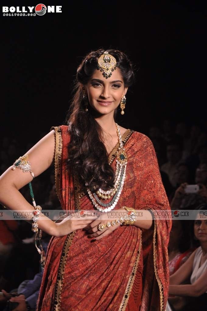 Sonam Kapoor Walks the Ramp at IIJW Grand Finale 2013 16 images  AdkmqBPU