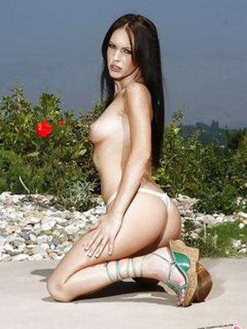La virgen de la morena, Loco Vinculado - incluyendo, el modelo, la mujer.