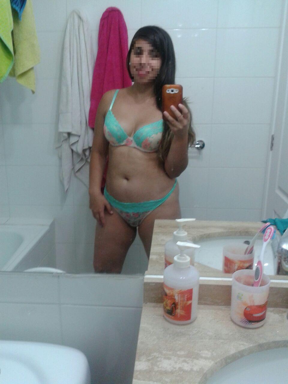 Chica caliente jugando después de la ducha 8