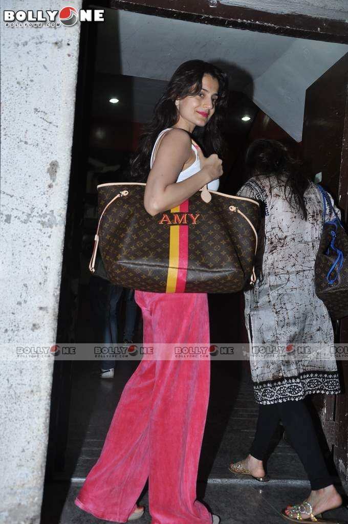 Ameesha Patel and Bipasha Basu Spotted at PVR Juhu AcudCdjS