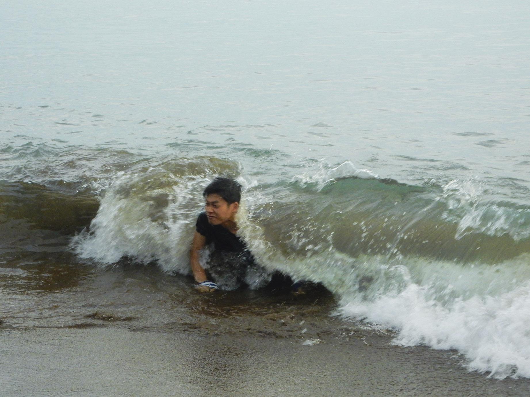 Kang Umam bermain di tepi pantai Batukaras