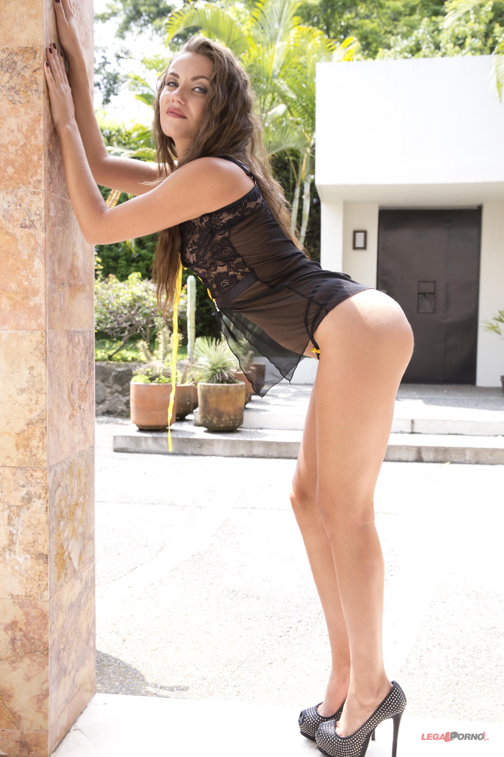 Maria Devine usa una tanga muy chiquita