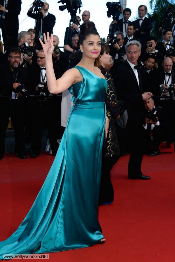 Aishwarya Rai at the Premiere of Cleopatra at the Cannes AdklYXk9