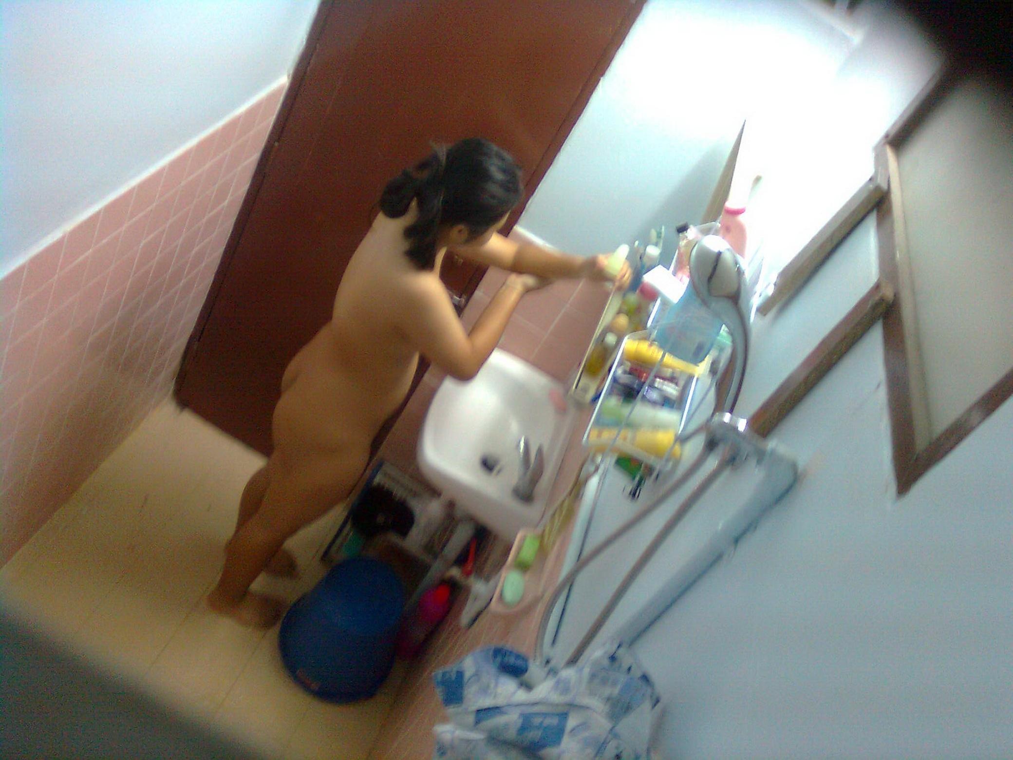 Mirando a la hermana en la ducha